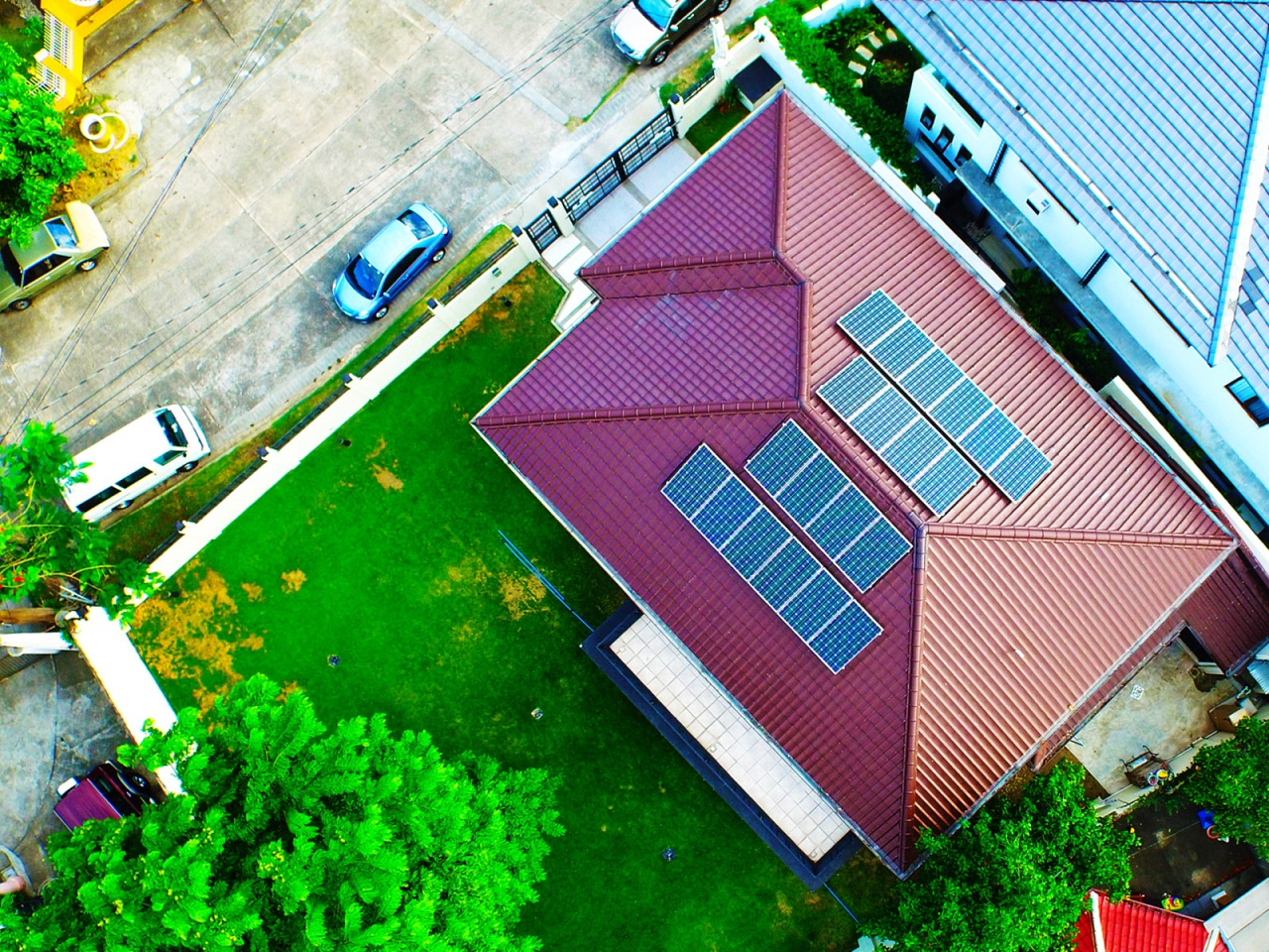 TOP SHOT OF A HOUSE WITH SOLAR ROOFING